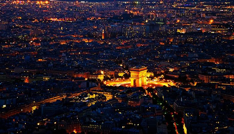 Vista de noche sobre el Arco del Triunfo desde la Torre Eiffel
