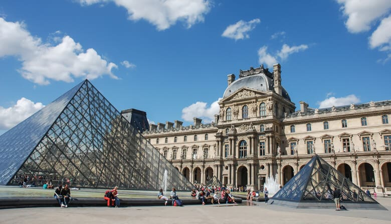 Enjoy a guided visit of the Louvre and the Eiffel Tower