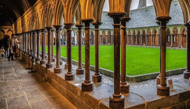 Discover the Mont Saint Michel Abbaye and its cloister