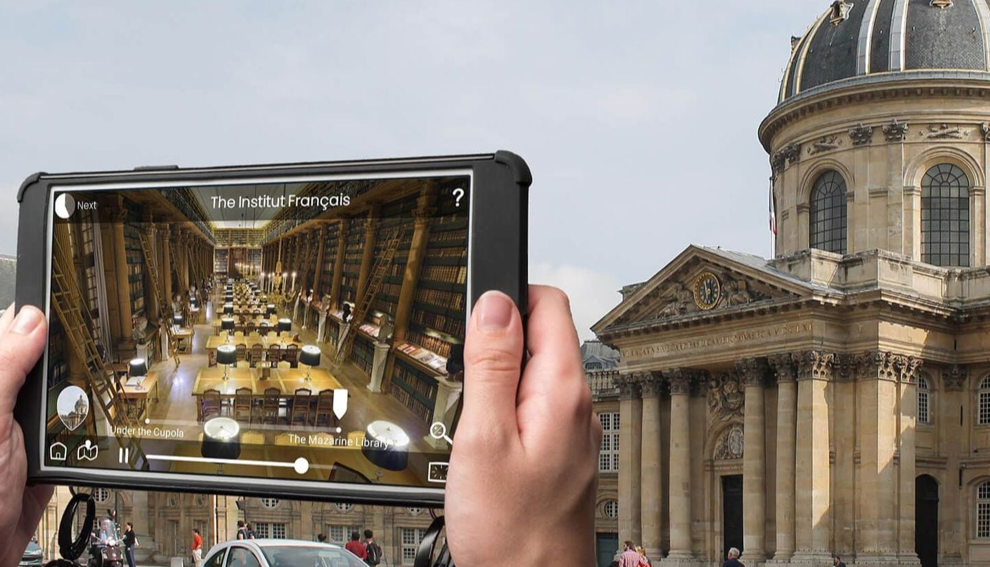 See Paris landmarks through an interactive tablet