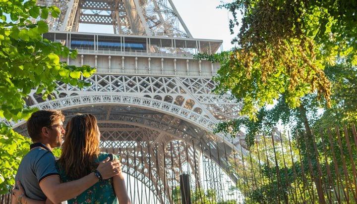 パリのエッフェル塔を鑑賞