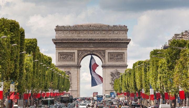 在巴黎香榭丽舍大街大道上漫步
