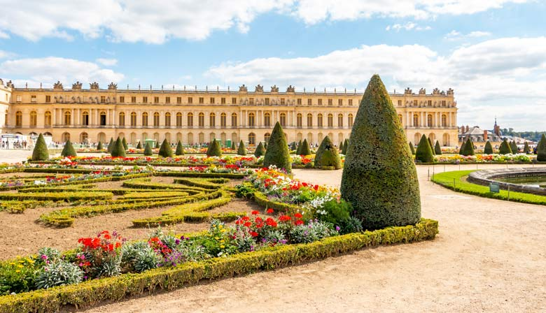 Guided tour of the Palace of Versailles with priority access from Paris